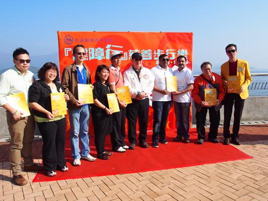 平等機會委員會主席週一岳向Mr.MangoWong(右一)等頒發贊助證書.JPG