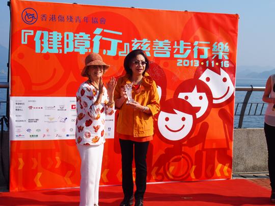 特首夫人梁唐青儀(右)向贊助機構頒發證書及紀念品.JPG