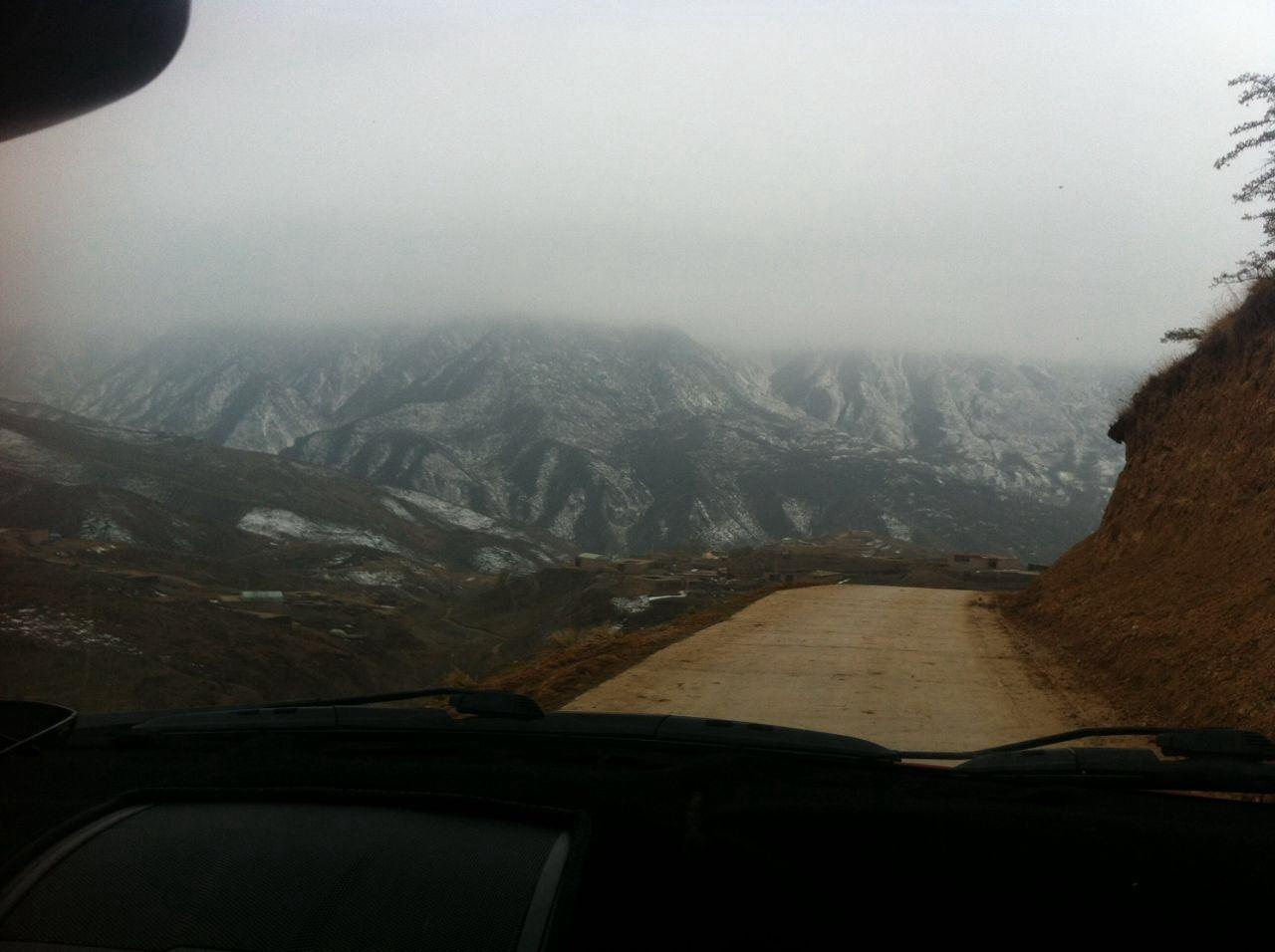 通往學校的盤山公路.jpg