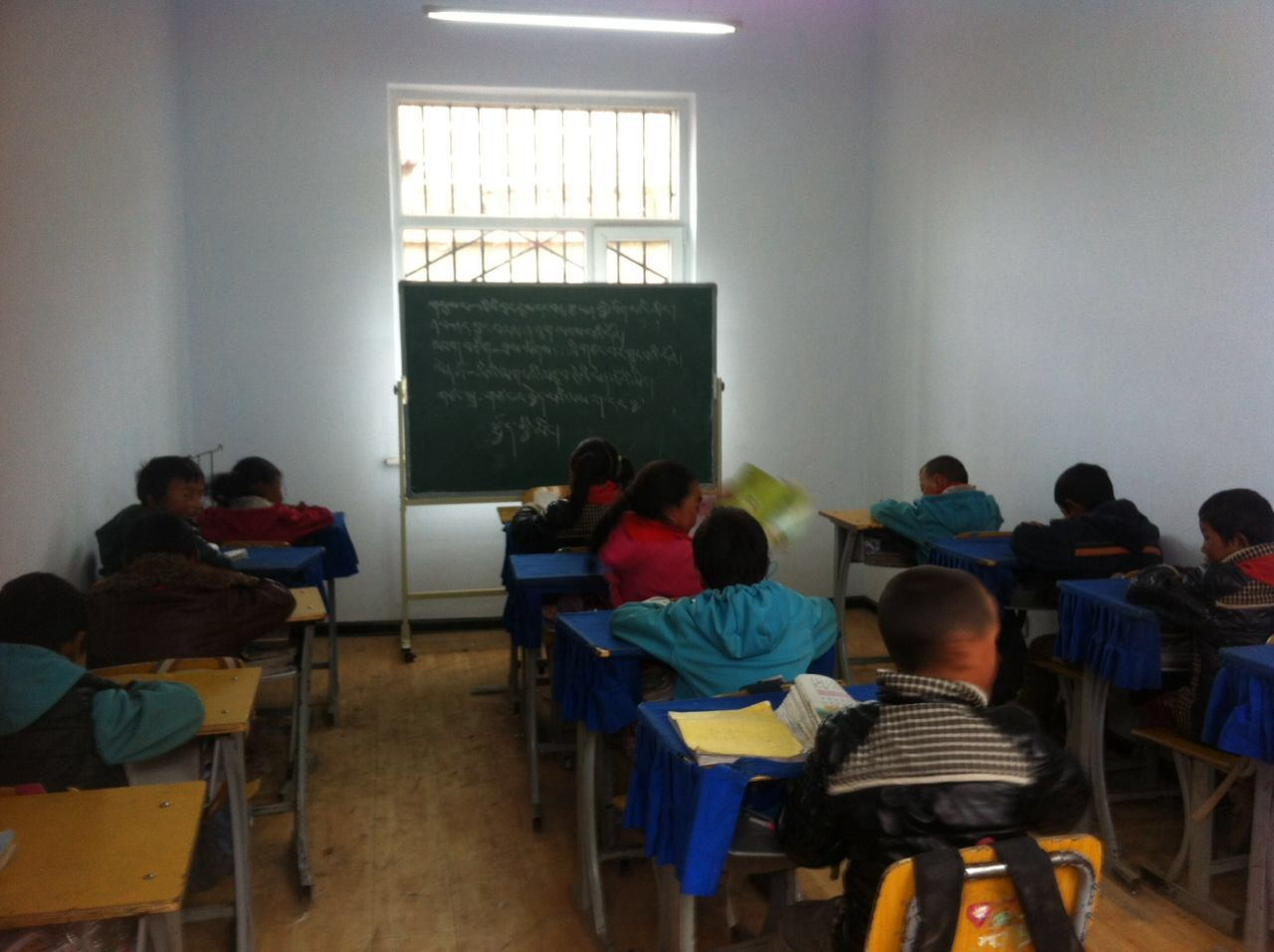 勤奮學習的學童.jpg